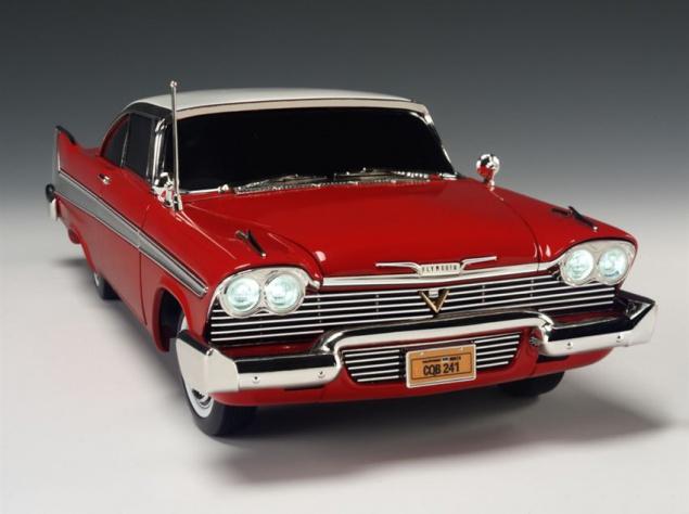 """Бренд Plymouth, в истории которого было немало самобытных, выдающихся автомобилей, давно прекратил свое существование, однако память об этой, некогда одной из самых массовых в Америке, марке навсегда сохранил фильм ужасов Джона Карпентера """"Кристина"""" по одноименному роману Стивена Кинга. Внешний вид этого типичного представителя """"американской мечты"""" 50-х и его название, означающее в переводе """"Ярость"""", не оставляют вопросов о том, почему писатель выбрал в качестве ожившего демона на колесах именно Plymouth Fury. Весьма агрессивный дизайн кузова в модном тогда плавниковом стиле; хищная радиаторная решетка; сдвоенные фары, как злобные глаза под хмуро нависшими бровями; оригинально изогнутый хромированный бампер, будто зловеще поджатые губы — не нужно иметь богатую фантазию, чтобы увидеть в этом железном гиганте коварного монстра."""