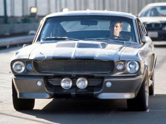 """Под капотом этого красавца в ярко выраженном кузове фастбэк трудился 375-сильный 7-литровый двигатель V8. Производство Ford Mustang началось в 1964 году с 2,8-литровой модели. В 1965-м к разработке особо мощных версий было привлечено конструкторское бюро легендарного Кэрола Шелби, и плодом сотрудничества, помимо GT350, и стал GT500. """"Мустанги"""" иногда относят к классу маслкаров, но на самом деле они представляют смежный класс — так называемые пони-кары: автомобили, которые """"подражали"""" маслкарам, но были меньших размеров и не имели особо мощных базовых двигателей. К слову, именно в честь Ford Mustang пони-кары и были так названы."""