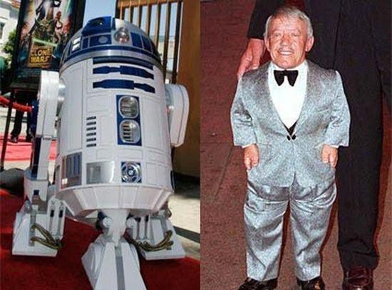 C-3PO и R2D2 - это единственные исполнители, которые снимались во всех эпизодах космической саги. Внутри крохотного робота время от времени находился актер-лилипут Кенни Бейкер (Kenny Baker), чей рост составляет 112 см.