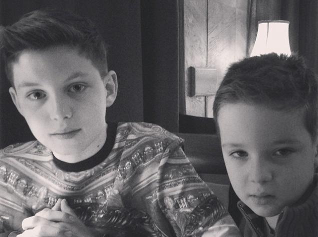 """""""Мои сыновья – Артем и Макар! Моя надежда и опора! Надеюсь, они будут настоящими мужчинами!"""" – гордо подписала фотографии сыновей Алика Смехова."""