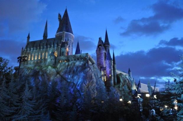 """1. Гарри Поттер: волшебников слишком мало. """"Гарри Поттер"""" — один из самых успешных циклов в истории современного кинематографа и литературы. Изначально серия задумывалась, как интересная сказка для детей, но теперь у неё есть поклонники всех возрастов со всего мира. И это своего рода проблема, потому что у взрослых поклонников есть калькуляторы, с помощью которых можно доказать, что мир волшебников не жизнеспособен. А именно: во вселенной """"Гарри Поттера"""" недостаточно детей, чтобы поддерживать выдуманный Джоан К. Роулинг мир. Роулинг всегда говорила, что в Хогвартсе обучается около тысячи студентов. Однако, внимательно изучив все книги и фильмы, человек по имени Дэвид Хабер понял, что это число сильно завышено. Он подсчитал, что в каждом из четырёх факультетов Хогвартса состоит примерно по 70 студентов, то есть общее количество студентов магической школы — около 280-ти человек. Если принять это во внимание, то получится, что ежегодно школа выпускает примерно по 40 взрослых волшебников. В книгах, конечно, упомянуты и другие подобные учебные заведения, но, по словам всё той же Роулинг, Хогвартс — единственная школа для волшебников во всей Великобритании. Давайте сравним: в Великобритании живут около 9,5 млн детей школьного возраста, значит, количество маленьких волшебников составит всего 0,00002%. И, даже если вы попробуете доказать, что некоторые из потенциальных великих волшебников обучаются на дому, то эти цифры всё равно не сулят волшебникам ничего хорошего — слишком уж их мало."""