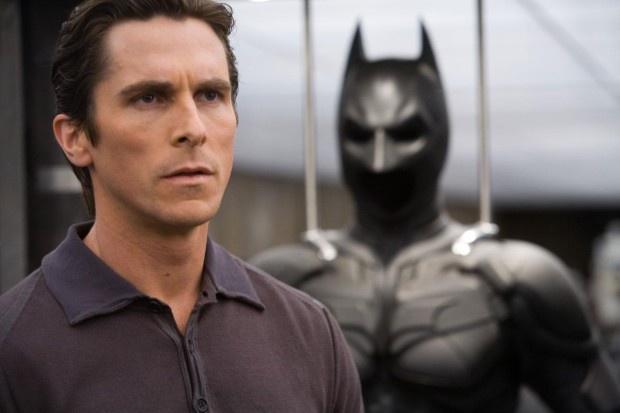 2. Бэтмен. Брюс Уэйн тратит миллионы долларов на борьбу с преступностью, но при таких тратах долго оставаться Бэтменом он не смог бы. Бэтмен является одним из самых популярных супергероев всех времён. Тем не менее, он потратил десятки лет и миллионы долларов, сражаясь с преступниками собственноручно и в гордом одиночестве. А потом до кого-то дошло, что это, мягко говоря, не самая эффективная тактика, ещё и затратная к тому же. Кто то, должно быть, автор идеи, прикинул, сколько стоит быть Бэтменом со всеми вытекающими последствиями, и понял, что супергерой должен владеть состоянием в размере примерно $682 млн. Можно утверждать, что эта сумма включает в себя стоимость его образования и особняка, но каждый раз, когда Бэтмен покидает свою пещеру, он тратит огромные деньги. Например, его бэтаранги стоят примерно по $300 за штуку, а сколько их Бэтмен успел бросить? Тысячи. Таким образом, каждый выброшенный бэтаранг — это бросание на ветер недельной зарплаты одного из преступников, которых Бэтмен отправляет в кому. Кстати, каждому такому преступнику потом нужно оплачивать медицинские счета, если, конечно, в Готэме нет бесплатного здравоохранения. Обслуживать явно нездоровых после схватки с Бэтменом заключённых — дорого, и вряд ли Готэм может себе это позволить. Парадокс вот в чём: согласно даже самым приблизительным подсчётам, Бэтмен при таком ритме жизни может ни в чём себе не отказывать года три. Возможно, Готэм стал бы лучше, если бы Бэтмен потратил те же $300 не на бэтаранг, а на продукты питания и медикаменты для клоунов-преступников.