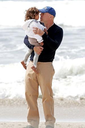 Брюс Уиллис с подросшей дочерью на пляже