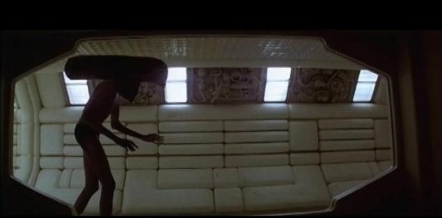 Новоявленного инопланетянина немедленно отправили заниматься пластикой и пантомимой, чтобы научить двигаться медленно и плавно. Для Боладжи Бадеджо сделали очень тонкий резиновый костюм. В некоторых сценах в него облачен подвешенный на тросах гимнаст.