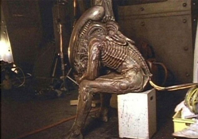 Помимо латекса в костюм внеземного монстра включили всякую всячину: трубки от старого Rolls-Royce, позвоночники змей, пластилин, человеческий череп и бог знает что еще. Сделали даже механический хвост, но он так и не заработал, поэтому пришлось ограничиться резиновым макетом.
