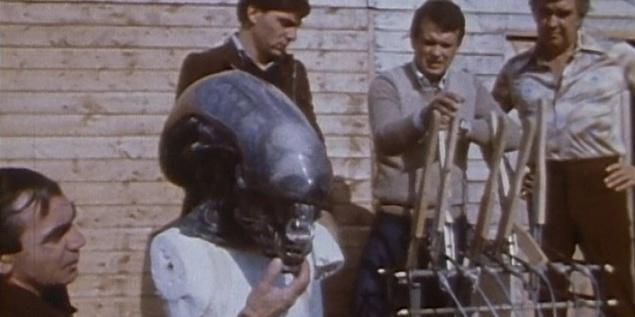 Самым сложным элементом Чужого стала его голова. Для съемок крупным планом создали конструкцию, состоявшую из 900 подвижных элементов, бoльшая часть которых использовалась в механизме рта. Актер не носил эту конструкцию, для него сделали более легкую голову пришельца.