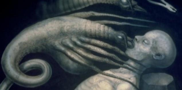 """Гигер специально сделал так, чтобы у чудовища не было глаз. Художник считал, что так гораздо страшнее, когда зритель не понимает, куда смотрит Чужой. Для имитации капающей с него слизи использовали лубрикант. Не менее ужасным в исполнении Гигера получился фейсхаггер. Швейцарец пририсовал ему длиннющие """"пальцы"""", потому что всегда считал, что имитация человеческой руки — это очень страшно. Натуралистичности в эпизоде препарирования удалось достичь с помощью купленных на рынке устриц, осетра, икры и других рыбных деликатесов."""