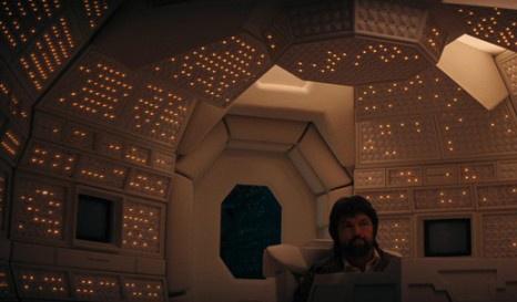 """Было построено несколько макетов """"Ностромо"""", в котором Ридли Скотт видел фантастическое воплощение готического замка. Режиссер хотел сделать экстерьер корабля технологичным, с плоскими тонкими дисплеями, однако из-за ограниченного бюджета и настойчивости Гигера отдал предпочтение ретротехнологиям. Именно поэтому в каютах, рубке и коридорах мы видим неказистые тумблеры и большие выпуклые экраны."""