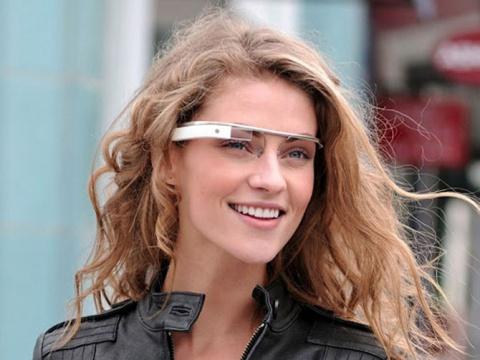 Google Glass не очень похожи на очки Эммета Брауна в фильме. У Дока Брауна, вероятно, смартфона в кармане не было, и его странные непрозрачные очки были, по всей видимости, и тем и другим, и еще чем-нибудь. Напомним, что окончательный вариант концепции Google Glass в конечном счёте должен реализовывать одновременно три функции: дополненную реальность, мобильную связь с интернетом и видеодневник. По крайней мере, именно так утверждает Википедия.