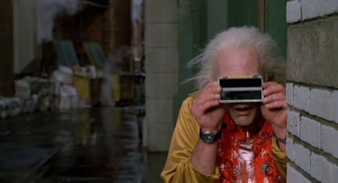 """Интеллектуальные бинокли. Гаджетом можно назвать и небольшой цифровой бинокль, размером с Galaxy Note 3, которым пользовался Док Браун во второй части трилогии. Бинокль плоский, складной из двух частей и позволяет с помощью """"современных технологий"""" следить за движущимися объектами, определять расстояние до них и некие координаты по шкале XYZ. Посчитаем это предтечей гражданского использования GPS и подобных систем навигации. Формально подобным гаджетом можно назвать почти любой смартфон или фотоаппарат. Поскольку классические бинокли такого форм-фактора пока еще не придумали (хотя и с всякими интегрированными цифровыми технологиями уже есть и вовсю продаются), и вообще вряд ли придумают — сегодня больший спрос на комбинированные гаджеты, которые одновременно и телефоны, и фотоаппараты, и телевизоры, и еще бог знает что."""