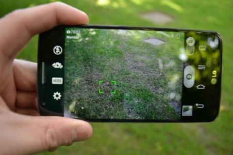 """Интерфейс смартфона LG — современный вариант бинокля Дока. Но разрабатывать конкретно бинокль такого формата никому, в общем-то, неинтересно, поскольку предназначение у него явно бытовое, а бинокль в быту вы вряд ли используете каждый день. Если резюмировать, то плоский цифровой бинокль Земекиса сегодня — это смартфон или цифровой фотоаппарат-""""мыльница"""". Так что можно сказать, что предсказание сбылось, но немного иначе."""