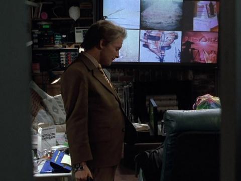 """В Back to the Future 2 телевизор сделали классических форм, большим, с функцией """"картинка в картинке"""" и возможностью просмотра множества каналов одновременно. И это тоже сбылось: современные телевизоры и ресиверы дают такую возможность. Правда, все-таки больше для выбора одного канала: сын Марти МакФлая смотрел все каналы одновременно, до чего люди пока не доросли."""