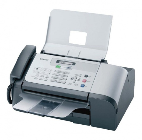 """А еще в """"умном доме"""" МакФлаев 2015 года было очень много факсов. Маленьких и автономных, больших и в одном корпусе с телефоном — их было много, и наличие именно большого количества факсов в доме осталось загадкой. Вероятно, как мы предполагаем, в будущем такой чисто рабочий инструмент как факс предполагался к использованию в качестве замены электронной почты сегодня, будущее которой в середине 1980-х предвиделось слабо. Простой факс сегодня не сильно отличается от своего собрата из параллельного 2015 года. Но Земекис просчитался. Факс сегодня даже в качестве рабочего инструмента используется больше чисто формально (и то в составе МФУ), а в домашнем обиходе от него и вовсе толку никакого."""