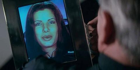 """Видеосвязь. Видеоразговоры, если продолжить про """"Назад в будущее 2"""", вели по телевизорам, в чем мы усматриваем предтечу современному Skype и аналогичным видеомессенджерам. Впрочем, собеседником на экране фантастов от мира литературы или кинематографа было не удивить: видеотелефоны использовались во многих фильмах. И такая возможность есть сегодня в подавляющем большинстве смартфонов, правда, пользуются ею очень редко из-за дороговизны услуг связи. А вот скайпом и подобными вещами — пожалуйста. Даже в том же Demolition Man видеообщение было по огромным видеотелефонам размерам с большую книгу, несмотря на то, что фильм этот — 1995 года."""