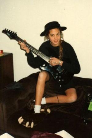 Молодая Анджелина Джоли с гитарой