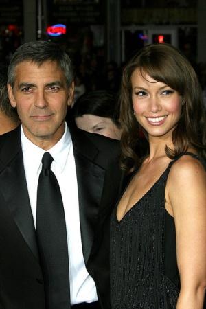Сара Ларсон. Ларсон выбивается из общего списка Клуни, так как она была официанткой из Лас-Вегаса, а не моделью или актрисой. Пара встречалась около года в 2008 году.