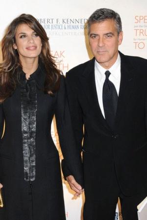 Элизабет Каналис. Клуни публично объявил о своих отношениях с итальянской моделью и актрисой после того, как папарацци сфотографировали их вместе на мотоцикле в 2009 году. Пара рассталась в 2011.