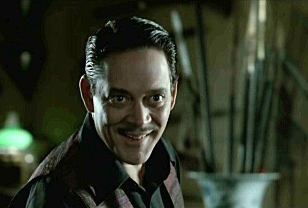 """Отчаянный (1995). Рауль Хулиа был уважаемым актёром, вероятно, самая заметная его роль — Гомес Аддамс в фильме """"Семейка Аддамс"""". В начале 1994-го года Хулия получил пищевое отравление, а в октябре того же года в Лос-Анджелесе он попал в больницу с болью в желудке. Следующим фильмом Хулии должен был стать """"Отчаянный"""" Роберта Родригеса. Режиссёр даже принёс сценарий больному Хулии прямо в больницу, из которой актёр так и не вышел. В день, когда он умер, с """"Отчаянным"""" начались проблемы: в последнюю минуту Родригесу пришлось заменить Хулию Жоакимом ди Алмейдой. Сообщается, что Родригес до сих пор вспоминает тот день, когда принёс сценарий в больничную палату, где тот оставался до самого конца."""