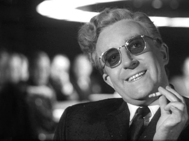 """След Розовой пантеры (1982). В 1980-м году у Питера Селлерса остановилось сердце. С болезнью актёр боролся долго, но в 54 года она одолела его. Закончить работу над ролью неуклюжего инспектора Клузо в фильме """"След Розовой пантеры"""" Селлерс не успел. Тогда режиссёр Блэйк Эдвардс решил, по-видимому, использовать актёра до конца — как ни странно, он смог сделать с помощью пяти предыдущих фильмов о Розовой пантере, в которых тоже играл Селлерс, целый фильм. Причём те фильмы Эдвардс даже не снимал. Зато Эвардс в 1983-м году снимет """"Проклятие Розовой пантеры"""", в центре сюжета которого будут """"поиски"""" инспектора Клузо — у Эдвардса в архиве остались неиспользованные кадры."""