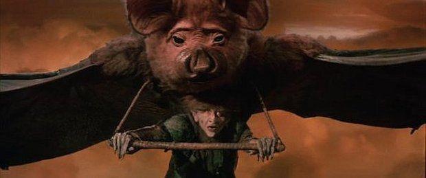 """Летучая мышь. Вечно заторможенная, даже на лету засыпающая """"дурацкая мышь"""" видна только в висячем положении — и летящей. В крупных планах её представляет 2,3-метровая кукла. Двое кукловодов накачивали меха для имитации дыхания этой твари, ещё один управлял ноздрями и веками."""
