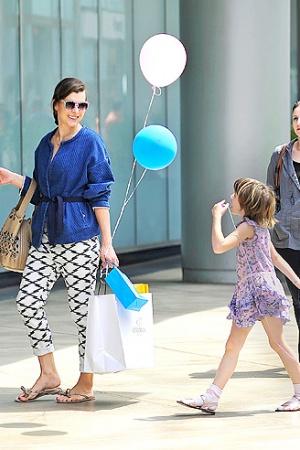 Милла Йовович устроила шопинг с дочкой