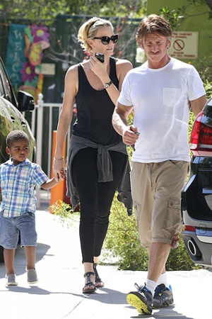 Шарлиз Терон с семьей на прогулке
