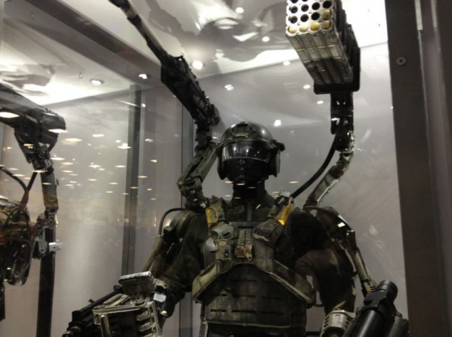 """Боевой костюм Экзосюитс из фильма """"На грани будущего"""" абсолютно настоящий, он содержит огромное количество деталей и на его создание ушло много времени."""
