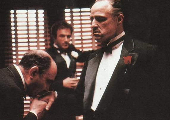 """Вито Корлеоне, """"Крёстный отец"""". Дон Корлеоне — глава крупнейшего мафиозного клана. В отличие от Тони Сопрано, он привлекает сыновей """"к делу"""", зная, что однажды они будут управлять семейным бизнесом."""