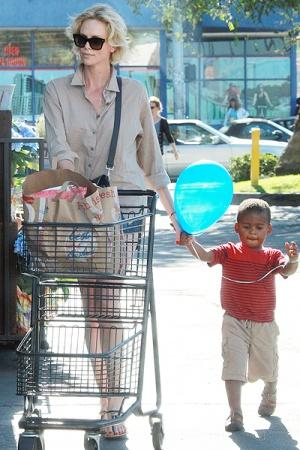 Шарлиз Терон с сыном Джексоном на продуктовом шопинге