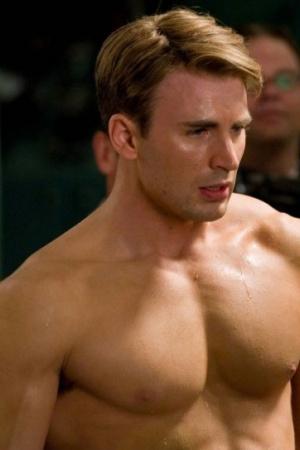 """Крис Эванс (Chris Evans). Звезда """"Капитана Америки"""" и в целом качок, Крис Эванс, не стесняется показывать свои мускулы на экране и это одна из причин, по которой мы его любим. Как и в случае Келлана Латса, люди часто ищут режим тренировок Криса Эванса, так как тело 33-летнего актёра определённо является чем-то, к чему можно стремиться. Он накачан, подтянут и красив, а режим тренировок, которым он следовал для фильма Капитан Америка, был опубликован в Мужском Фитнесе и Мужском Здоровье. Мальчики, берите на заметку."""