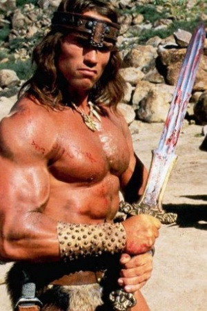 """Арнольд Шварценеггер (Arnold Schwarzenegger). Арнольд Шварценеггер был не только губернатором Калифорнии – 66-летний актёр когда-то был бодибилдером, начавшим заниматься своим телом с подросткового возраста. Он затем, в молодом возрасте, начал участвовать в профессиональных соревнованиях и стал Мистером Олимпией (Mr Olympia) семь раз (первую победу одержал в 23 года, что сделало его рекордсменом как самого молодого победителя соревнования), а также одерживал победу в нескольких других соревнованиях. Он также писал ежемесячную колонку для журналов для культуристов """"Muscle & Fitness"""" и """"Flex"""". Несмотря на то, что сейчас он уже не участвует в соревнованиях, его наследие остаётся живым благодаря соревнованию по бодибилдингу Арнольд Классик (Arnold Classic). Однако, культуризм это не всё, чем он хотел заниматься. Шварценеггер перешёл к карьере в кино, когда ему дали роль Геркулеса в фильме """"Геркулес в Нью-Йорке"""". После этого он играл в таких фильмах, как """"Конан-Варвар"""" и, конечно же, """"Терминатор""""."""