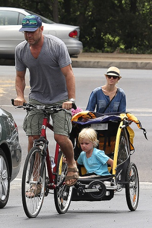 Наоми Уоттс и Лив Шрайбер с сыновьями в парке
