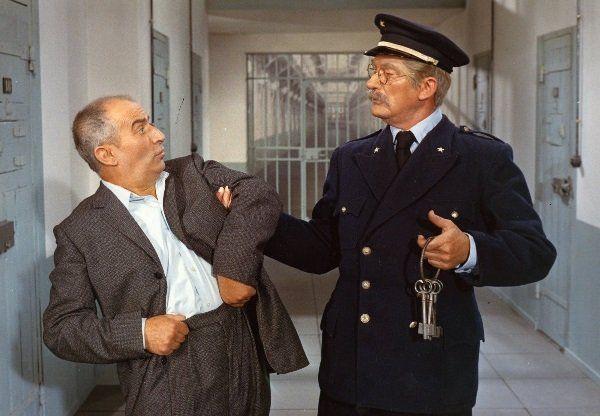 """В 1963 году после грандиозного успеха комедии """"Пик-пик"""" продюсеры поняли, что сидели все это время на золотом прииске и что 49-летний Луи де Фюнес — гений комического жанра. На следующий год вышла картина """"Жандарм"""" (первая серия знаменитых комедий о стражах порядка), потом первый """"Фантомас"""" и """"Разиня"""". В истории кино родились легендарные персонажи инспектора Жюва и дураковатого жандарма. Этот невысокий мужчина (164 см роста) стал гигантом французского кинематографа, а комедии с его участием вошли в золотой фонд национальной культуры страны. """"Моя жизнь состоит из трех этапов, — говорил де Фюнес. — На первом этапе режиссеры и продюсеры говорили мне: """"Простите, но для вас ничего нет!"""" На втором: """"Фю-фю, загляни к нам, что-то подберем для тебя"""". На третьем: """"Месье де Фюнес, в каком фильме вы желали бы принять участие?"""""""