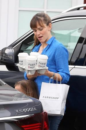 Дженнифер Гарнер с кофе