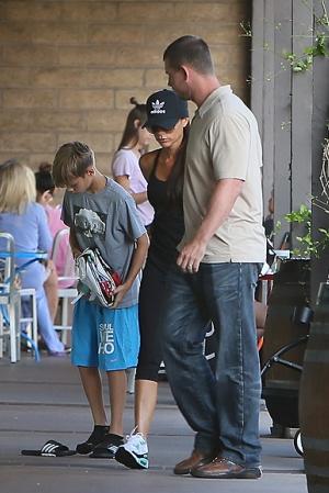 Виктория и Дэвид Бекхэмы с детьми на фитнесе