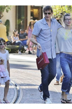 Стиль звезд: беременная Милла Йовович на прогулке с семьей
