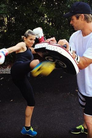 Супруга Криса Хемсворта демонстрирует тренировку кикбоксинга