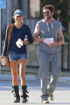 Джерард Батлер со своей девушкой в Малибу