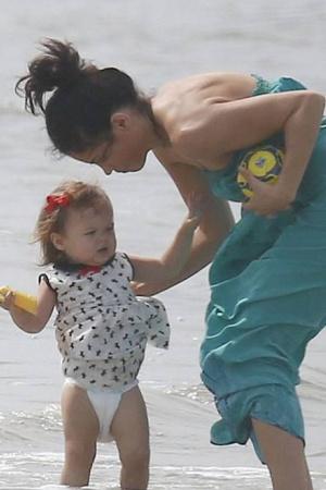 Ченнинг Татум с женой и дочкой на пляже