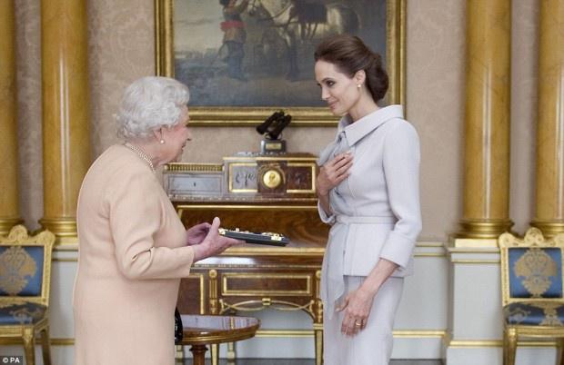 Анджелина Джоли получила орден почетной дамы