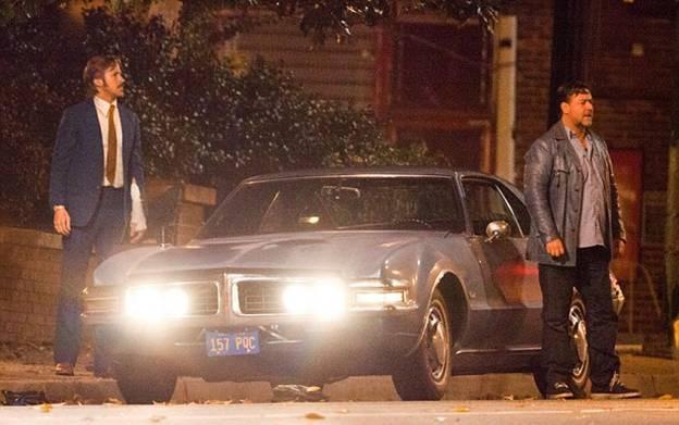 Рассел Кроу и Райан гослинг на съемках фильма Славные парни