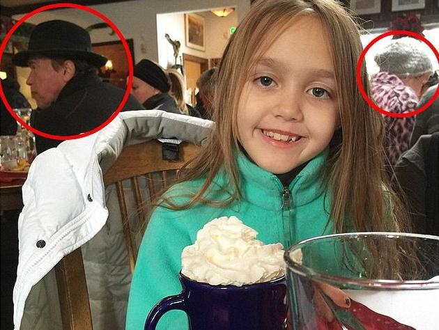 Фотография, где можно видеть Арнольда возле барной стойки, а Майли с компанией друзей за столом