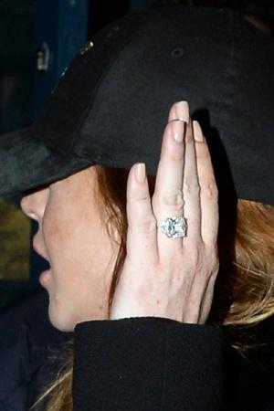 Линдси Лохан показала помолвочное кольцо