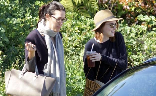 Эмма Стоун с подругой на прогулке