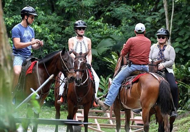 Шэрон Стоун отметила день рождения экстремальным походом по джунглям