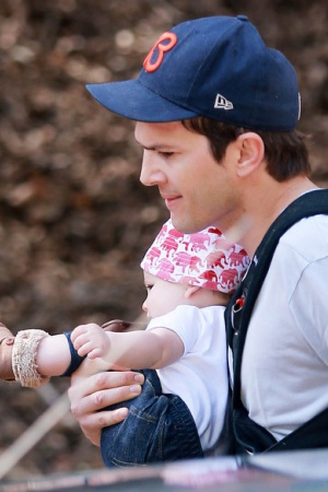 Эштон Катчер с дочкой спасается от папарацци