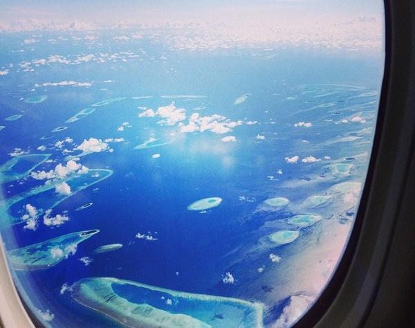 """""""Вот так выглядят Мальдивы! Для меня это одно из самых романтичных мест в Мире, урааааааа мы близки к цели. Еще один перелет, потом заплыв на катере и мы на базе"""", - подписала фото певица, умолчав, кто же это """"мы""""."""