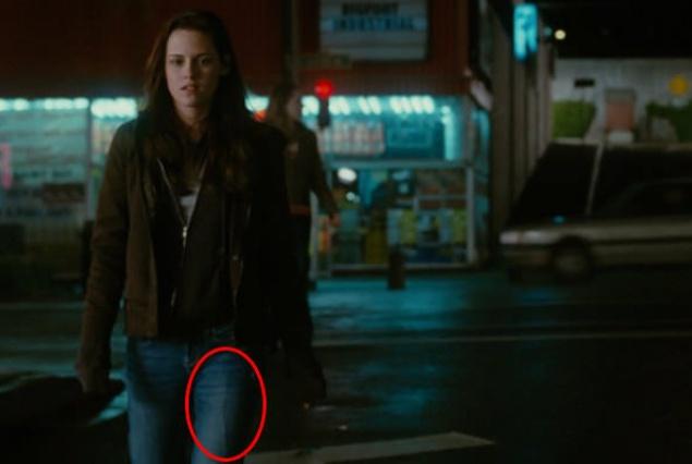 В кадре заметно, как провод микрофона проходит через джинсы Беллы