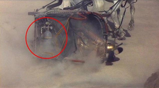 """""""Гладиатор"""". В одной из самых эпичных сцен фильма, который получил """"Оскар"""" за лучшие визуальные эффекты, можно заметить газовый баллон на перевернутой колеснице"""