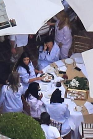 Ким Кардашьян показала живот на вечеринке в честь будущего малыша